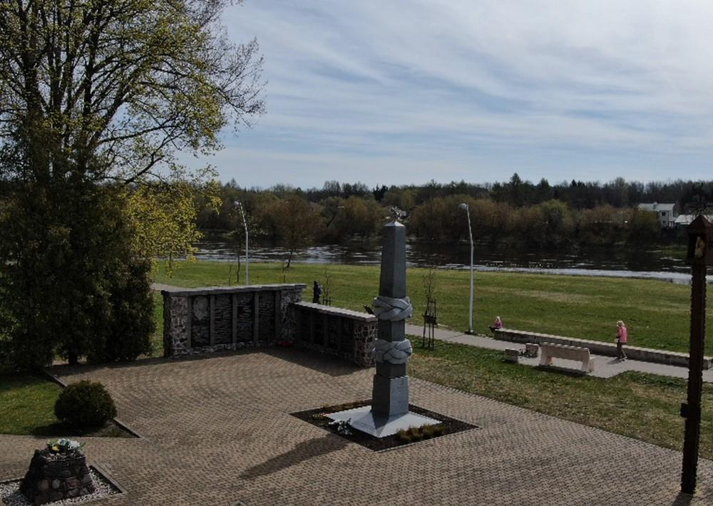 Stela. Partizanų memorialas.
